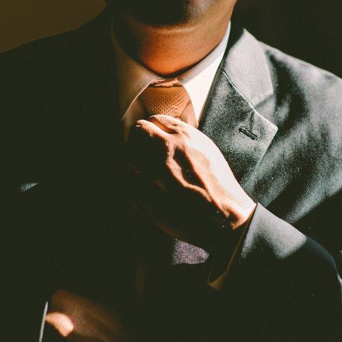 Strój niedobrany do okazji to najczęstszy błąd mężczyzn ubierających się na karnawałowe przyjęcie